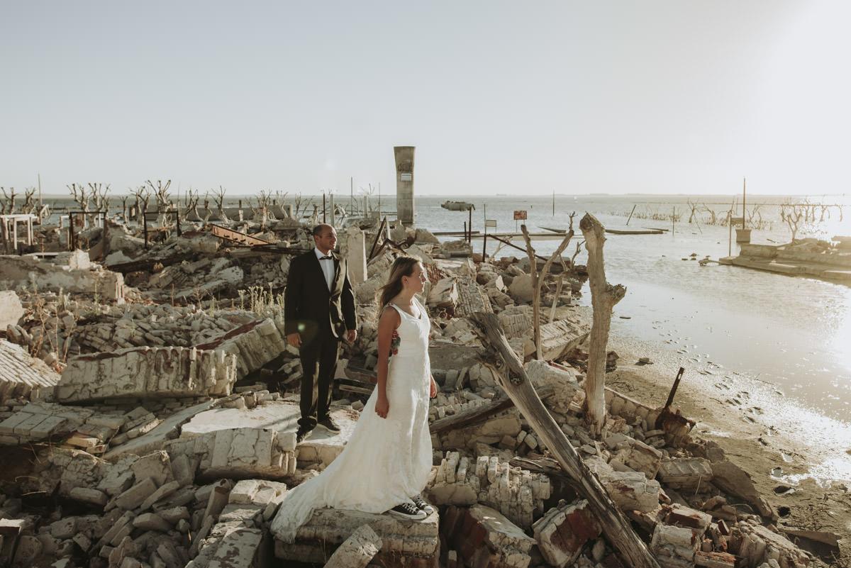 post boda trash the dress en lago epecuen por nostra fotografia